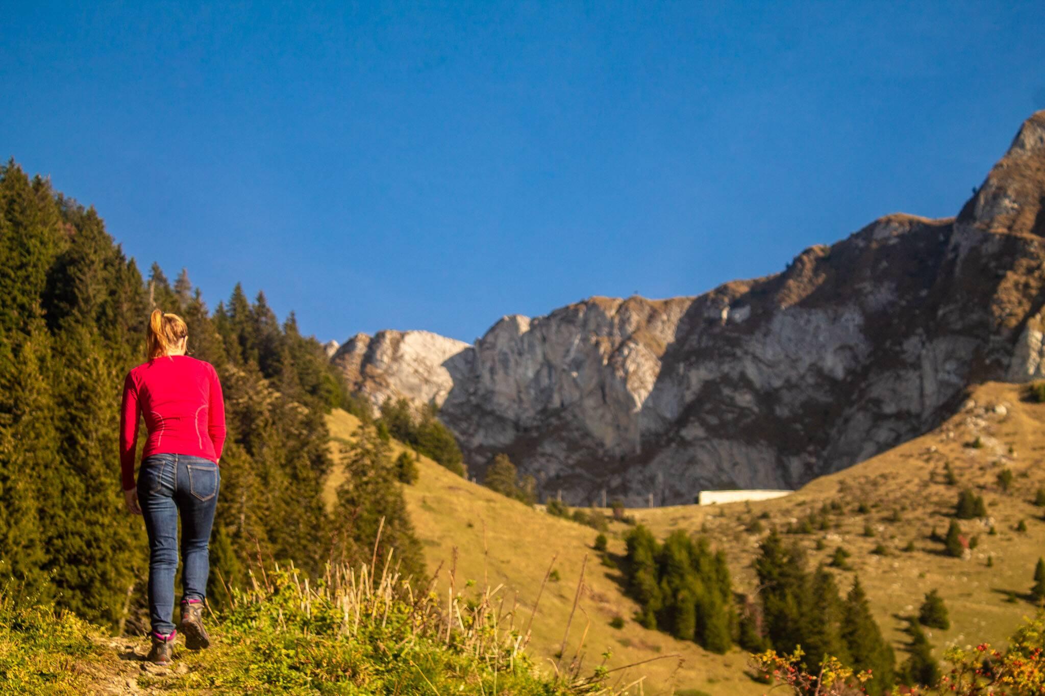 Victória subindo a trilha da montanha Rochers De Naye, na Suiça. - o que levar para uma trilha