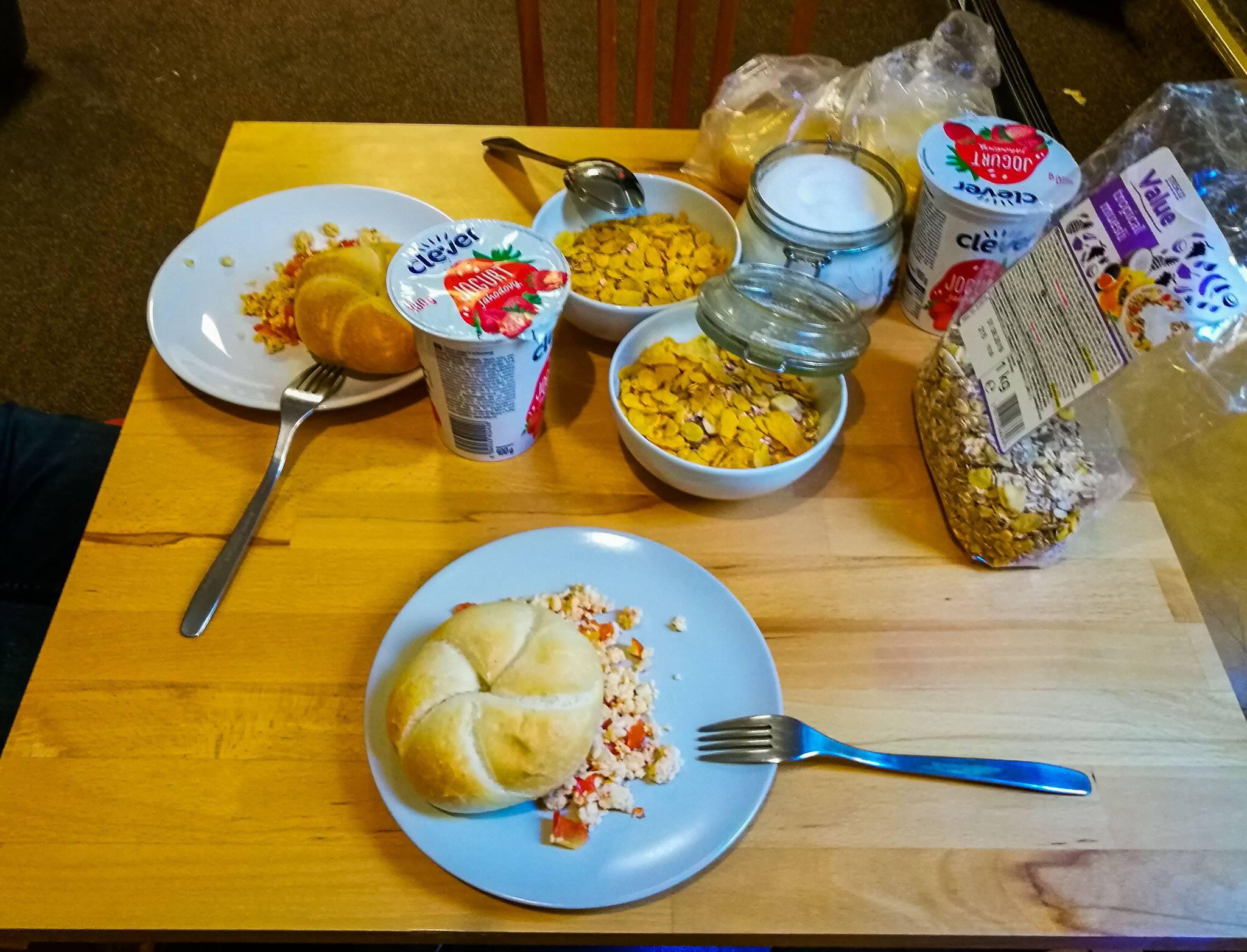 Café da manhã com coisas que compramos e cereias do Hostel Orange   Foto: Bruno/@naproadavida