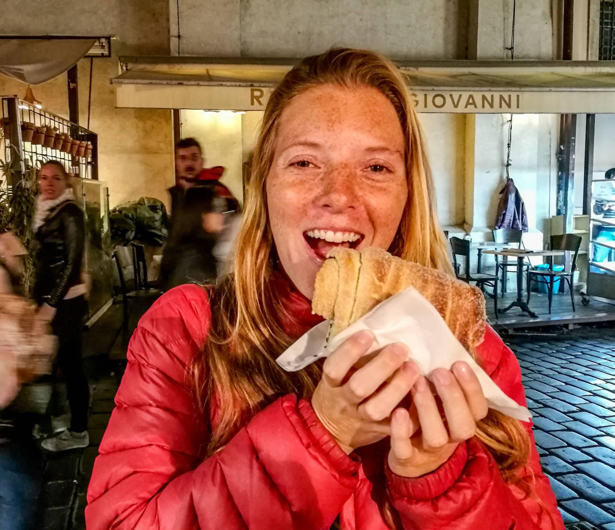 Victoria provando o chocolate roll em Praga   Foto: Bruno/@naproadavida - três dias em Praga com €50