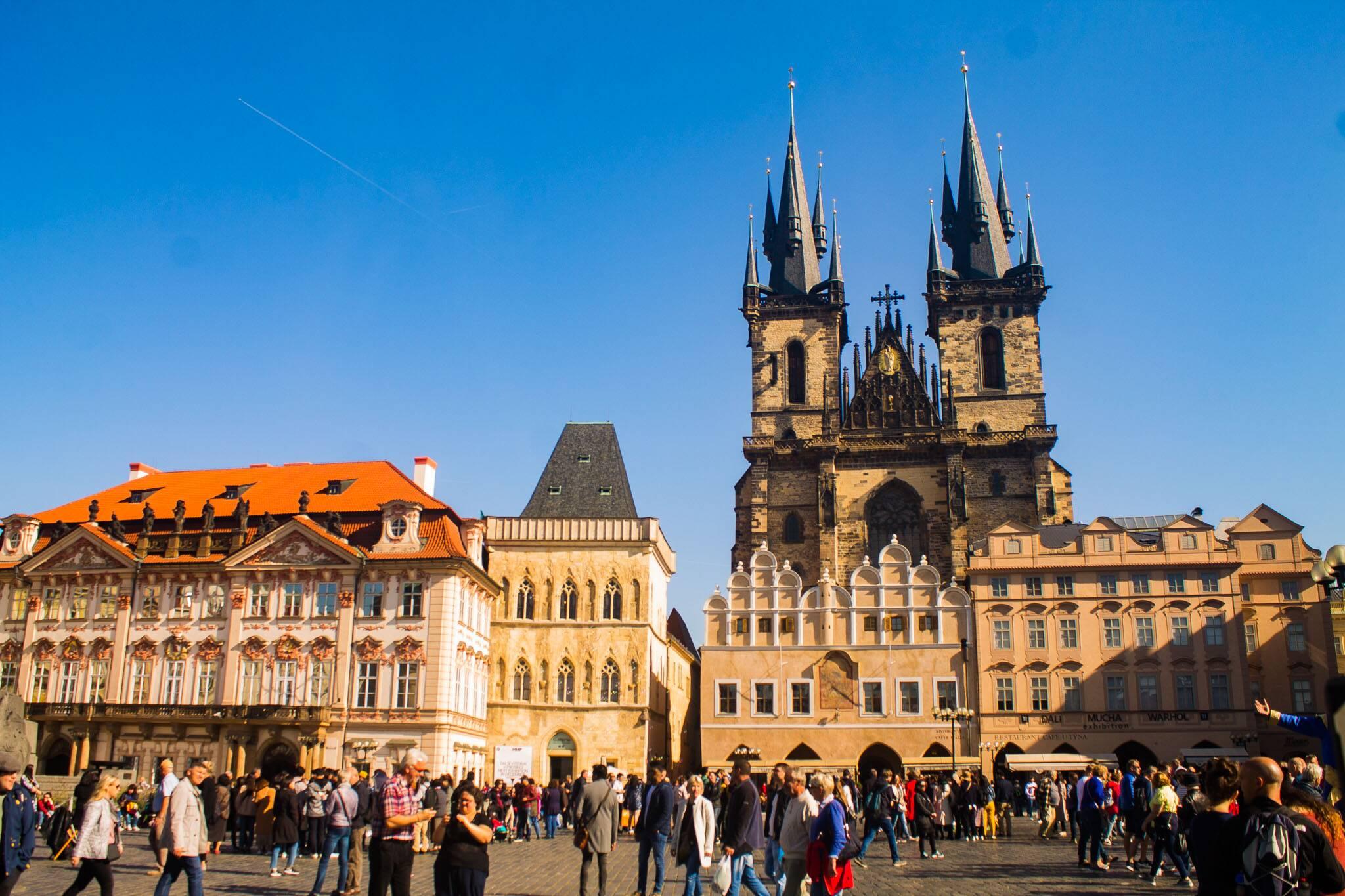 Old Town Square - a praça antiga de Praga em um dia de sol e movimentação   Foto: Bruno/@naproadavida - três dias em Praga com €50
