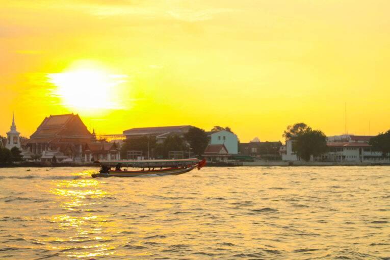 Pôr do sol em Bangkok visto das margens do Rio Chao Phraya | Foto: Bruno/@naproadavida