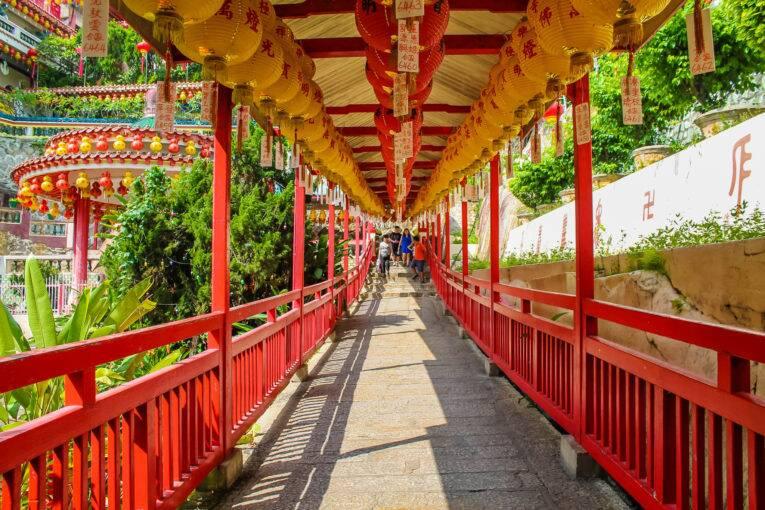 Caminho que leva até o topo do Kek Lok Si Temple | Foto: Bruno/@naproadavida