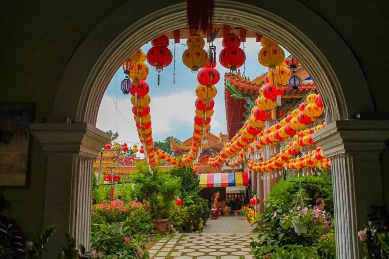 Uma das lindas passagens do Kek Lok Si Temple na Malásia