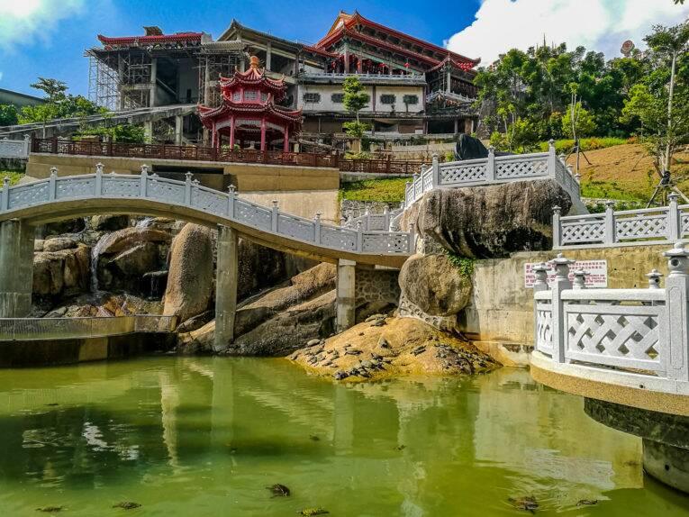O lago onde estão as tartarugas no templo da Malásia