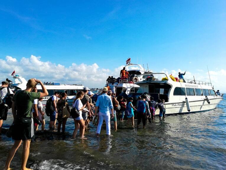 Barco público saindo de Sanur, em Bali e indo para Nusa Penida. Foto: Victória/@naproadavida