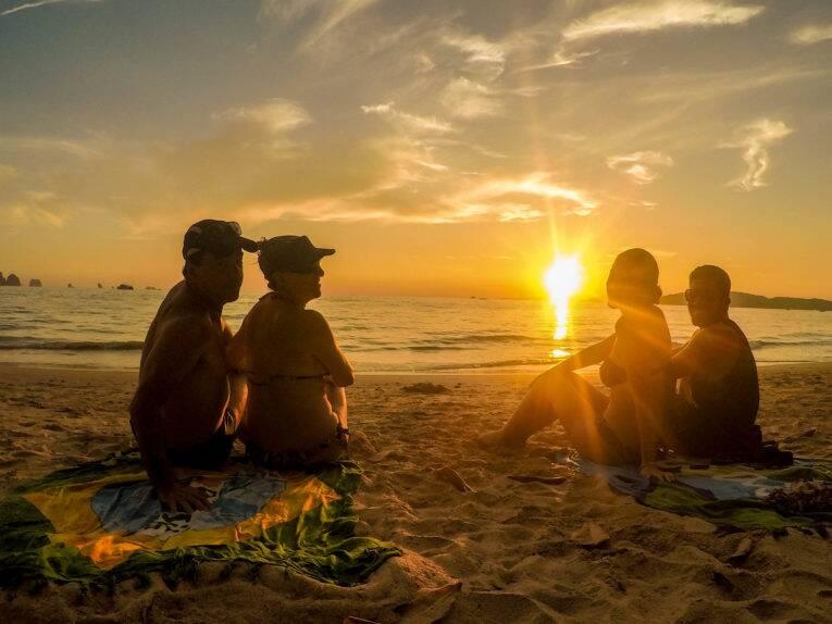 Pôr do sol maravilhoso visto da ponta direita de Ao Nang beach