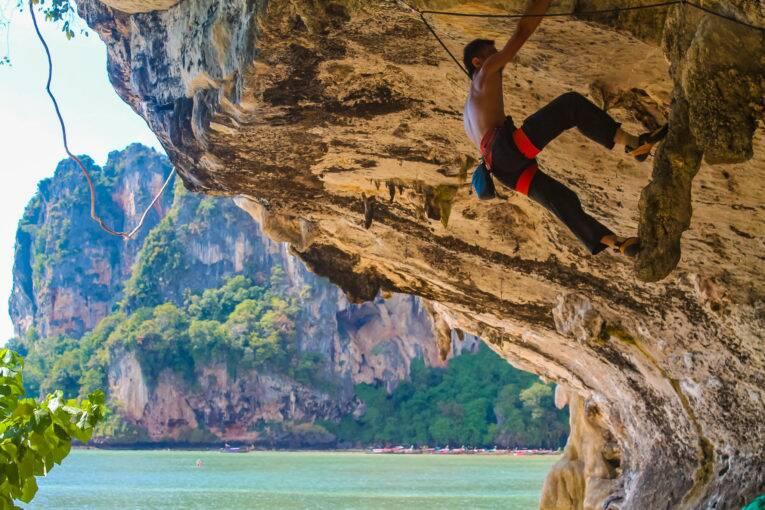 Homem escalando num dos paredões de Tonsai Beach.   Foto: Bruno/@naproadavida - onde ficar em Krabi
