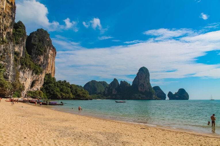 A maravilhosa praia Tonsai, em Krabi, Tailândia