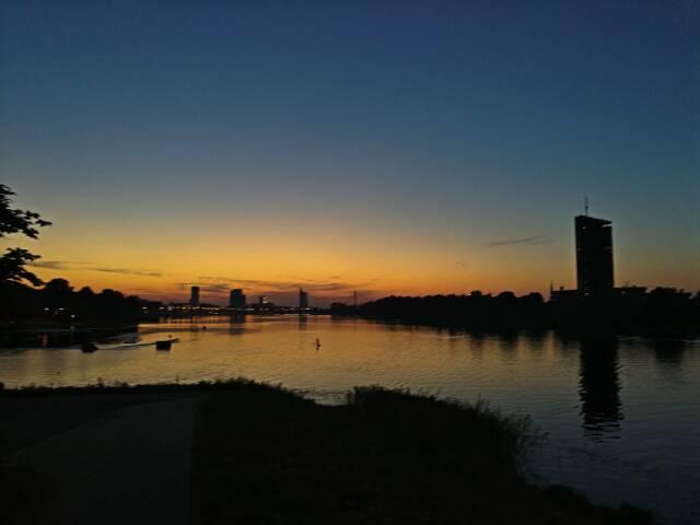 Nosso último e marcante pôr do sol em Riga, na Letônia.