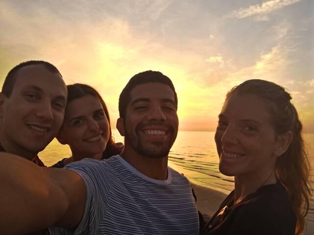 Nossos hosts do Couchsurfing que agora viraram grandes amigos. Foto na praia de Riga, Letônia
