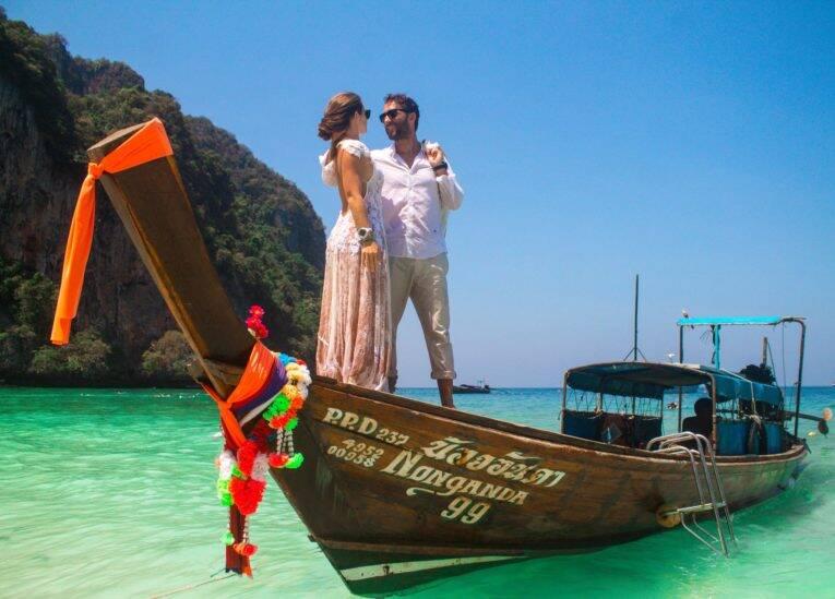 Casal em lua de mel no longtail curtindo as praias de Phi Phi na Tailândia