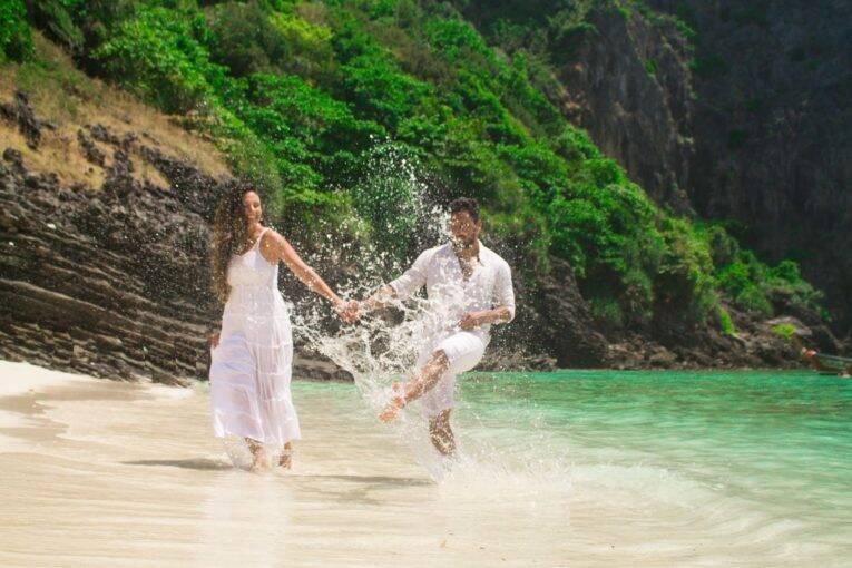 Casal apaixonado nas praias paradisíacas da Tailândia.