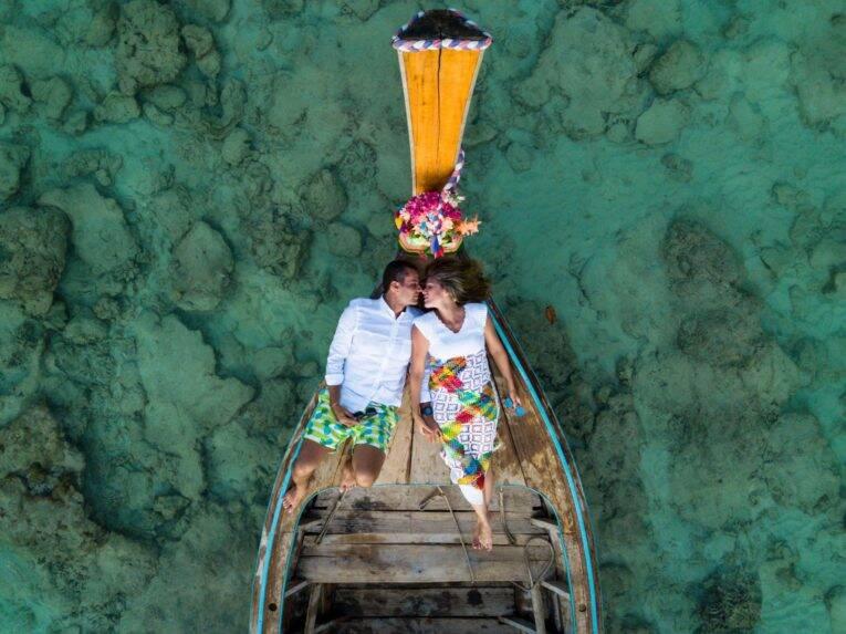 Felipe e Mylle no longtail em uma tarde de fotos com profissionais com drone em Koh Phi Phi - fotógrafo brasileiro na Tailândia