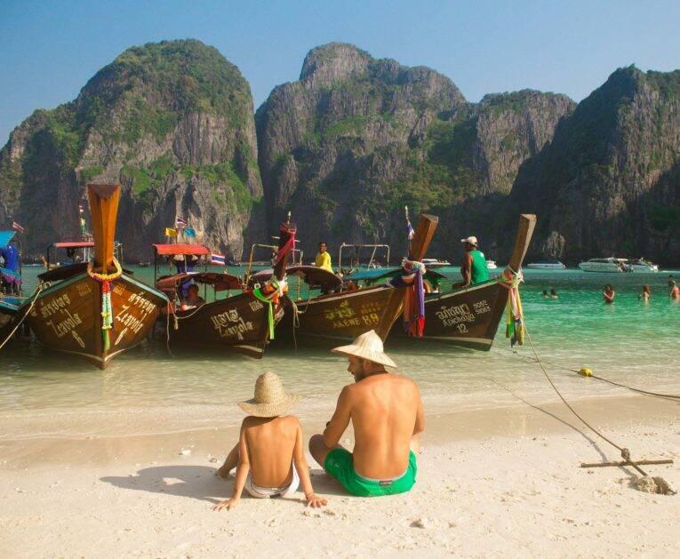 Pai e filho sentados na areia de Maya Bay. | Foto: Bruno/@naproadavida - fechamento de maya bay