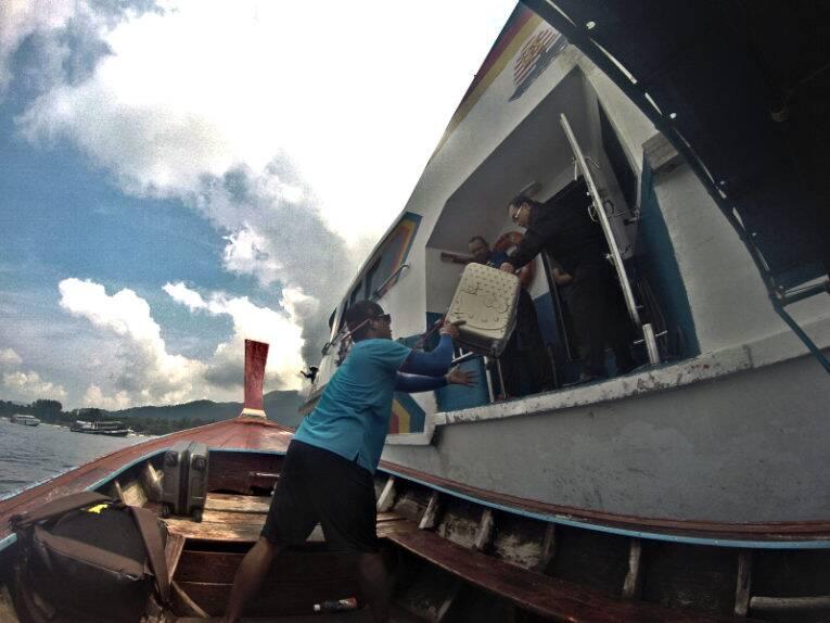 Troca de pessoas e malas da ferry para o longtail em Koh Lipe.