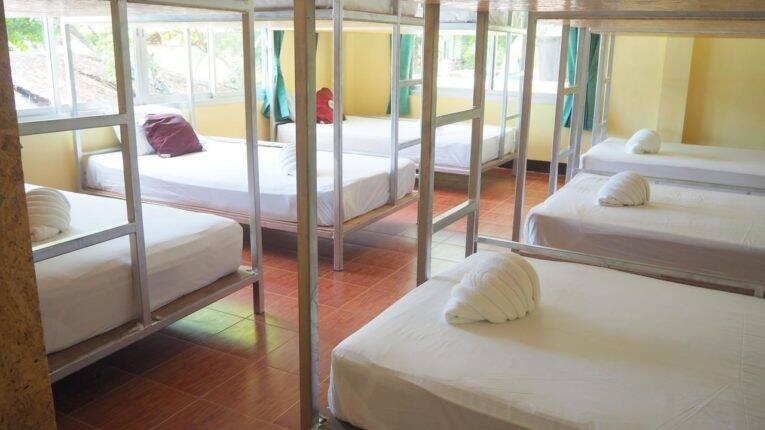 Quarto compartilhado do Chaokoh Dorm em Phi Phi   Foto: divulgação.