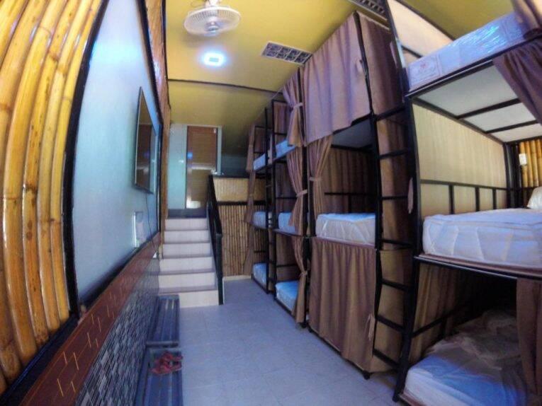 Quarto compartilhado do Coma Hostel em frente à praia em Phi Phi   Foto: divulgação.