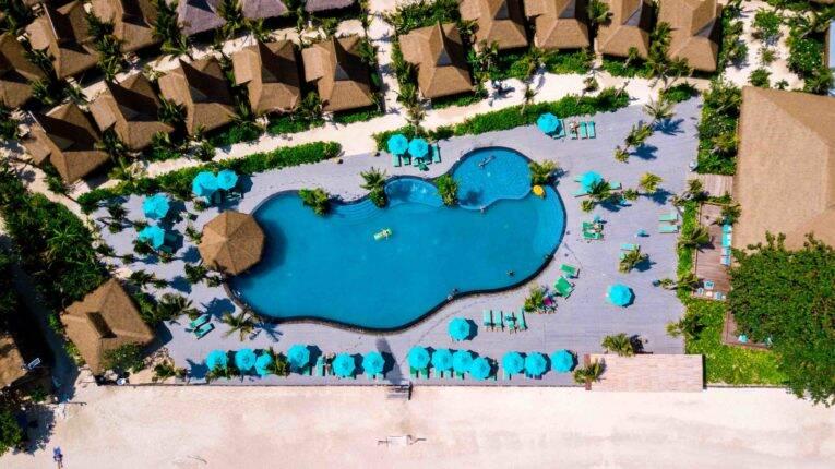 Piscina e bangalôs do Coco Beach Resort em Phi Phi.