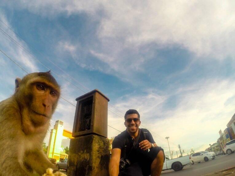 Bruno tirando selfie com o macaco, TailÇandia