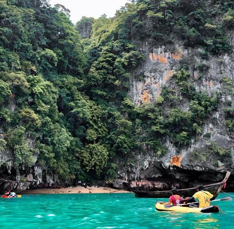 Praticando caiaque na Tailândia.