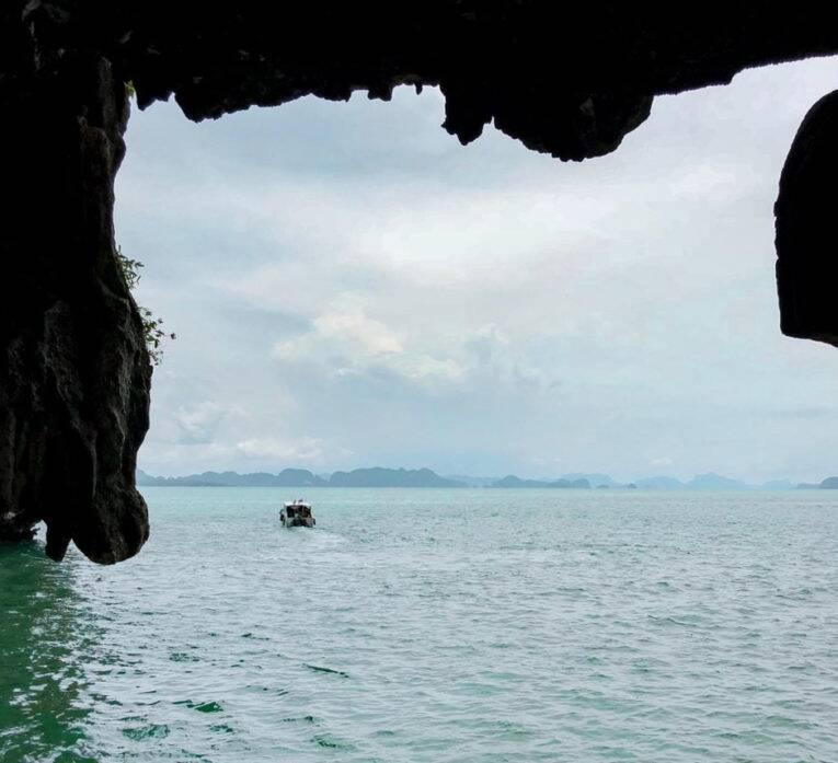 Formações rochosas em Phang Nga Bay, Tailândia.