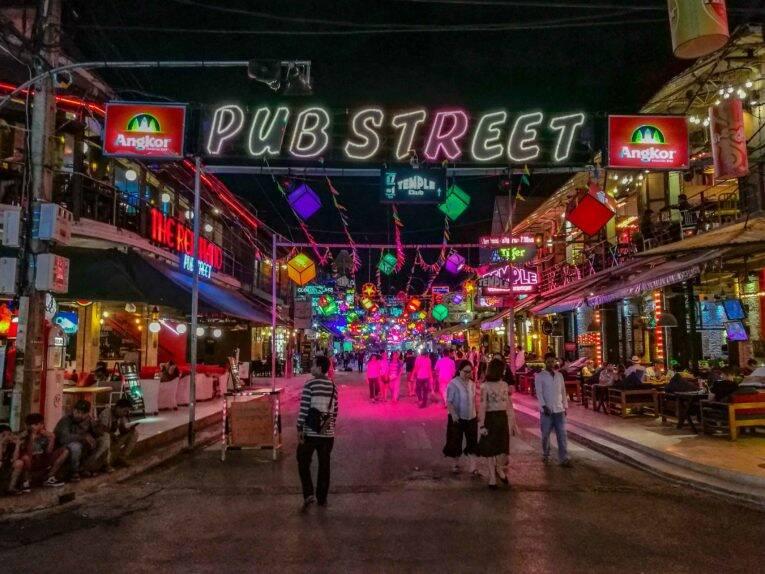 A famosa Pub Street iluminando a noite de Siem Reap. | Foto: Bruno/@naproadavida
