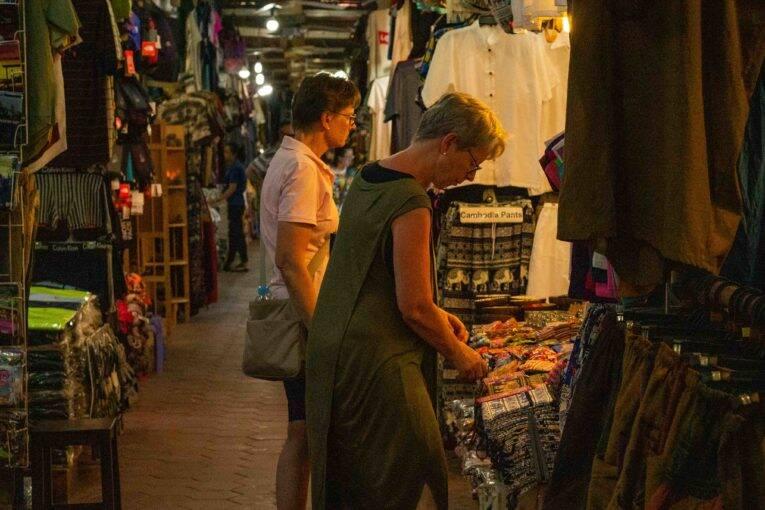 Mulheres comprando em um dos mercados públicos de Siem Reap. | Foto: Bruno/@naproadavida