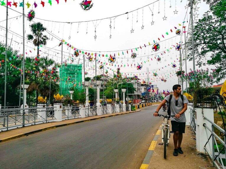 Atravessando a ponte e de olho no trânsito maluco de Siem Reap.