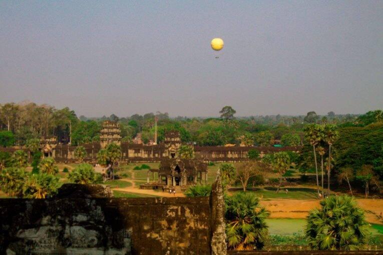 Balão amarrado sobrevoando o Complexo de Angkor, em Siem Reap..