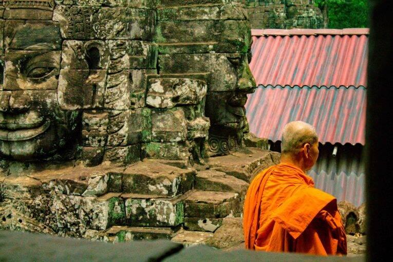 Monge caminhando em um dos templos do complexo de Angkor.   Foto: Bruno/@naproadavida