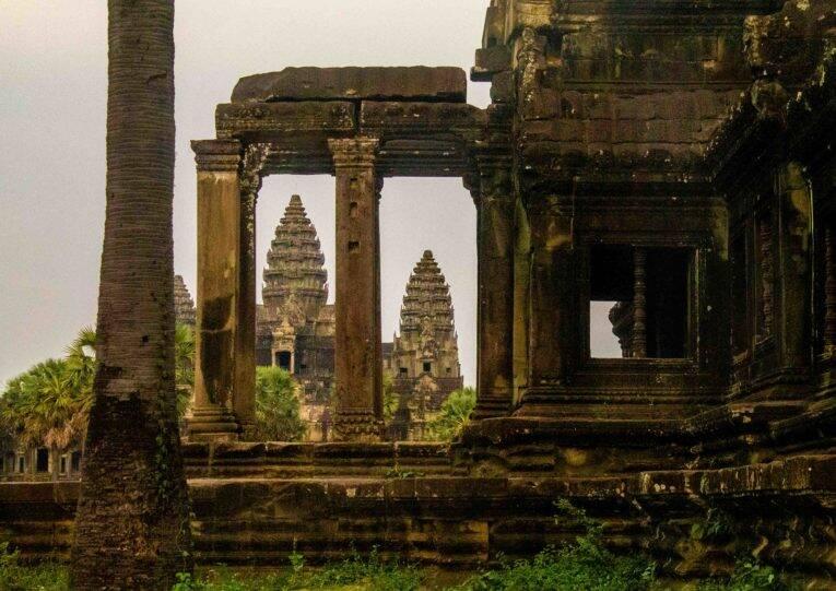 O Angkor Wat entre as construções do complexo em Siem Reap - onde ficar em Siem Reap