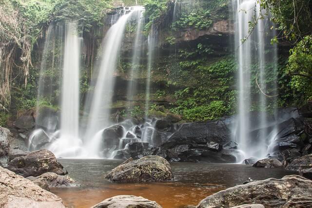 As quedas da cachoeira Phnom Kulen Waterfall em Siem Reap