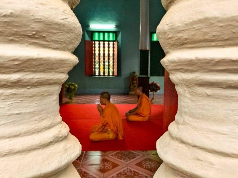 Monges em momento de meditação no Wat Preah Prom Rath, em Siem Reap | Foto: Bruno/@naproadavida