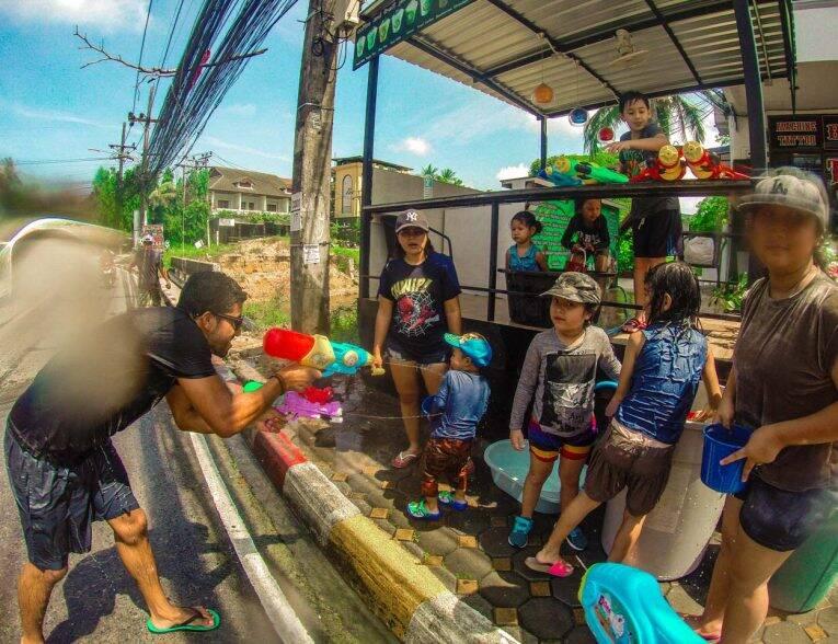 Bruno lutando educadamente com uma criança. Songkran