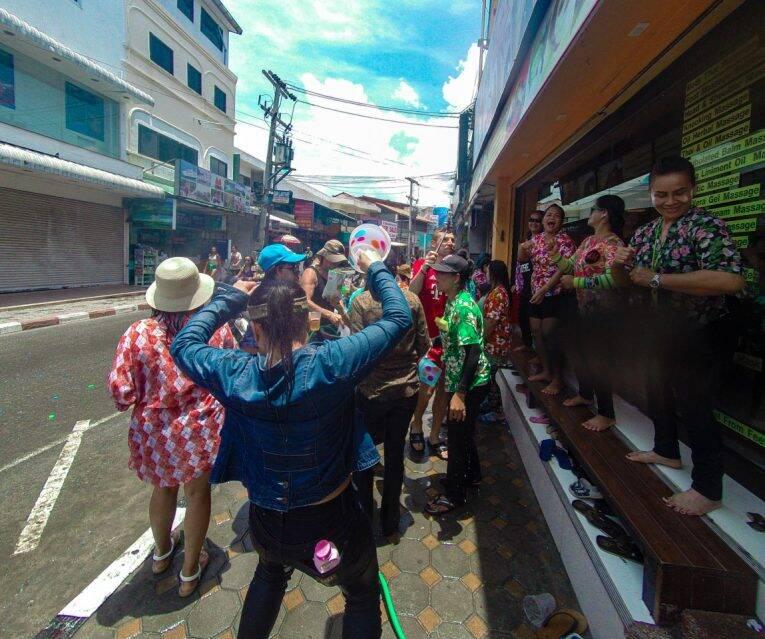 Festa do Songkran rolando solta em Koh Samui, na Tailândia - ano novo tailandes