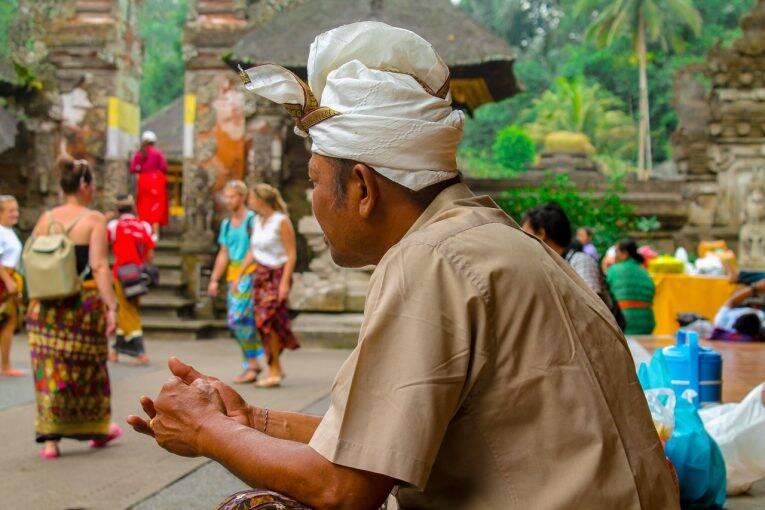 Homem usando o Udeng nos templos de Bali