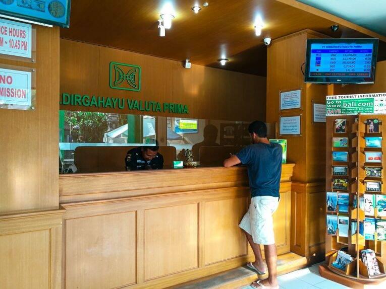 Bruno trocando dinheiro na casa de câmbio de confiança. - câmbio em Bali
