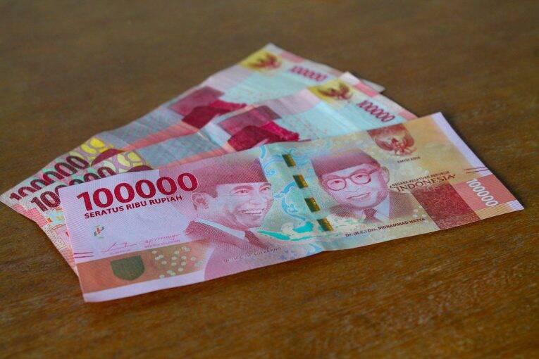 Notas de 100 mil rúpias indonésias | Foto: Bruno/@naproadavida