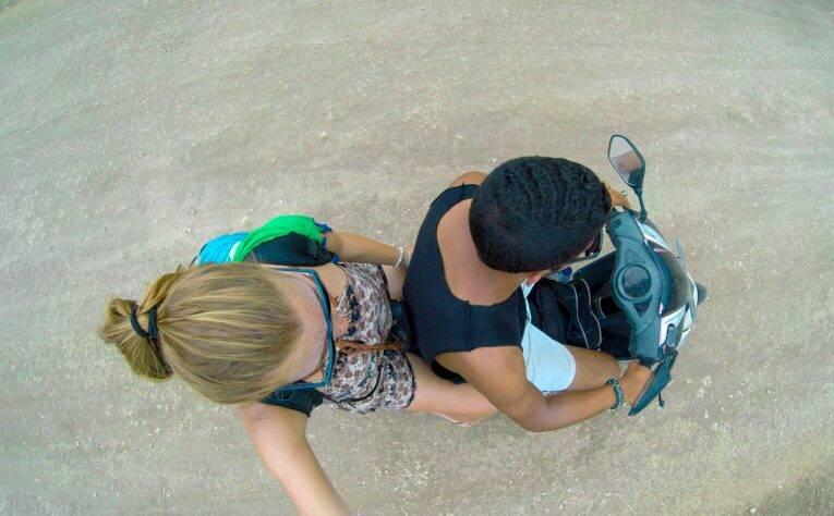 A melhor forma de se locomover nas Nusa, com uma scooter.