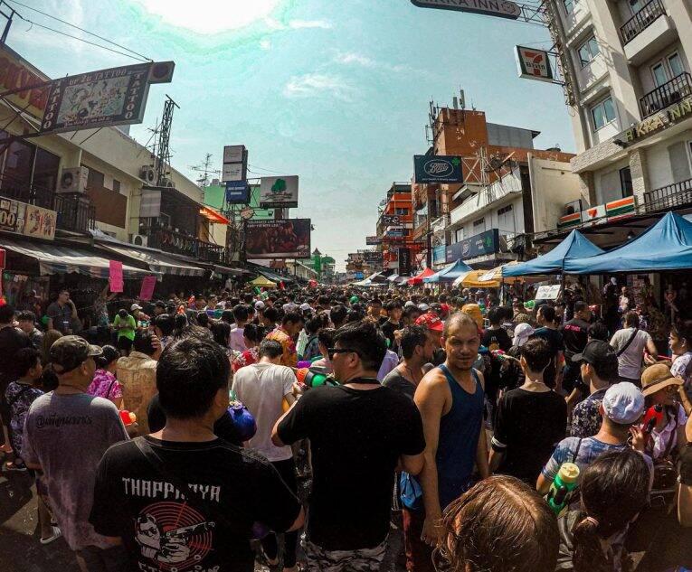 Multidão aproveitando o Songkran na Khao San Road,