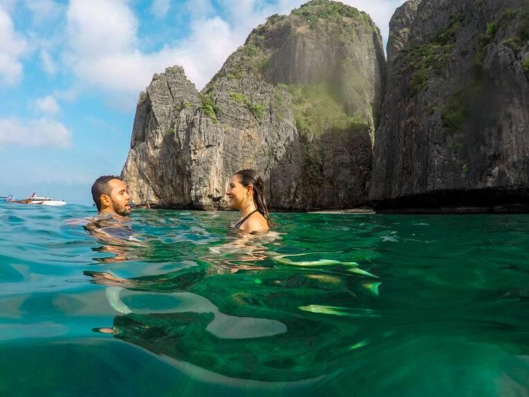 A maravilhosa Maya Bay, na Tailândia. Passeio de barco em Phi Phi