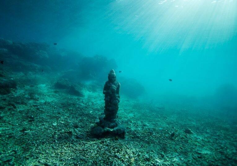 Uma das estátuas de Buda no fundo do mar em Nusa Ceningan