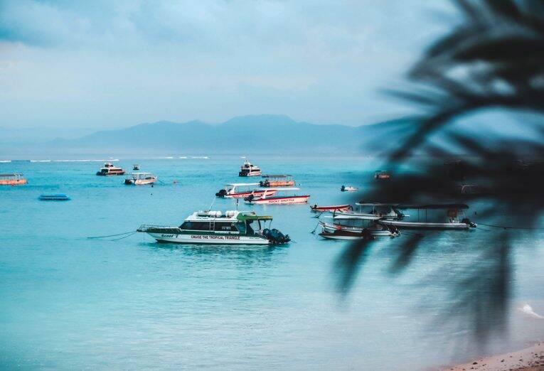 Uma das praias de Nusa Lembongan - onde ficar em nusa