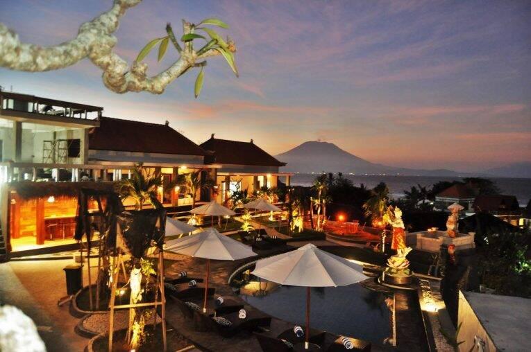 A piscina do Pandawa Beach Resort com vista para o Mount Agung. | Foto: divulgação/booking