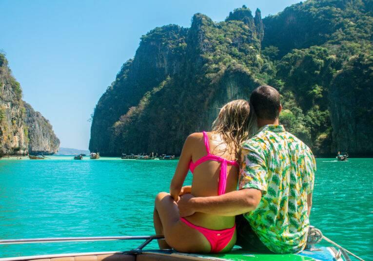 Casal curtindo a Pileh Lagoon durante o passeio One Day Trip em Koh Phi Phi.