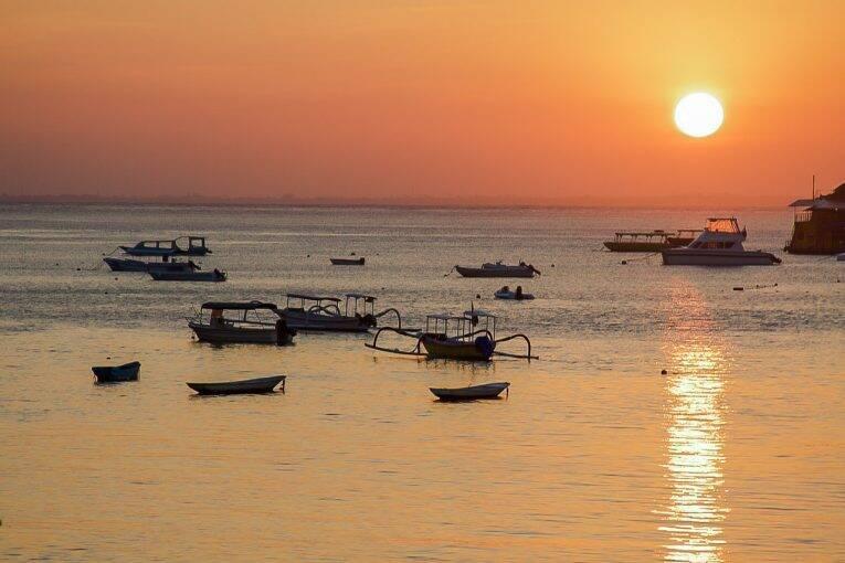 Pôr do sol maravilhoso da Indonésia