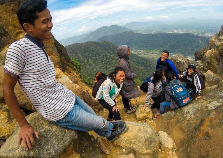 Grupo de crianças sorrindo ao nos ver falando bahasa indonésio no pico do Vulcão Sibayak, Berastagi   Foto: Bruno/@naproadavida