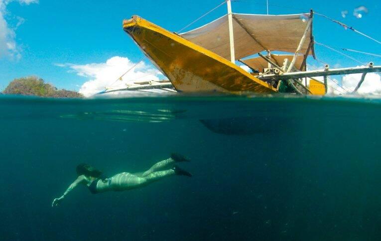 Victoria fazendo snorkeling em Siete Pecados - barco em Coron