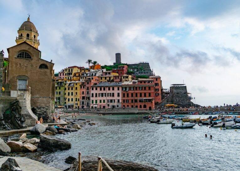 Vista linda da cidade e da marina de Vernazza, Cinque Terre.   Foto: Bruno/@naproadavida