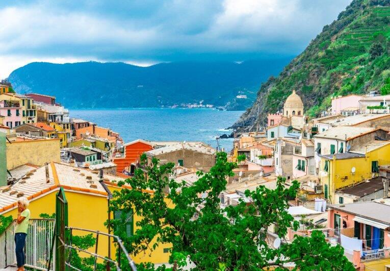 Vista sobre a cidade de Vernazza, Cinque Terre. - onde ficar em Cinque Terre